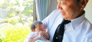 孫の出産祝いのマナーと渡すプレゼントとその相場